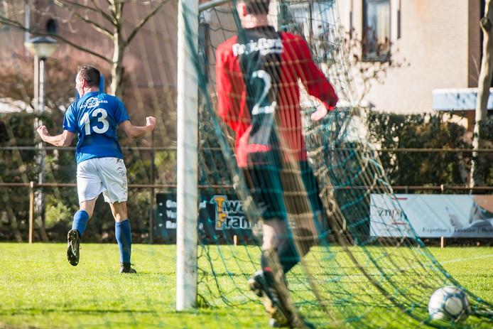 Niels van Gils (DSE) scoort met een fraaie kopbal tegen Sprundel.
