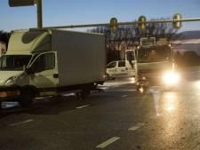 Vrachtwagen en bedrijfsbussen botsen tegen elkaar bij Varsseveld