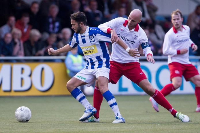 Lienden-speler Wouter De Vogel in duel met Barendrecht-speler Joey Jongman