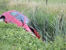 Vrouw raakt met auto in slip en belandt in droge sloot