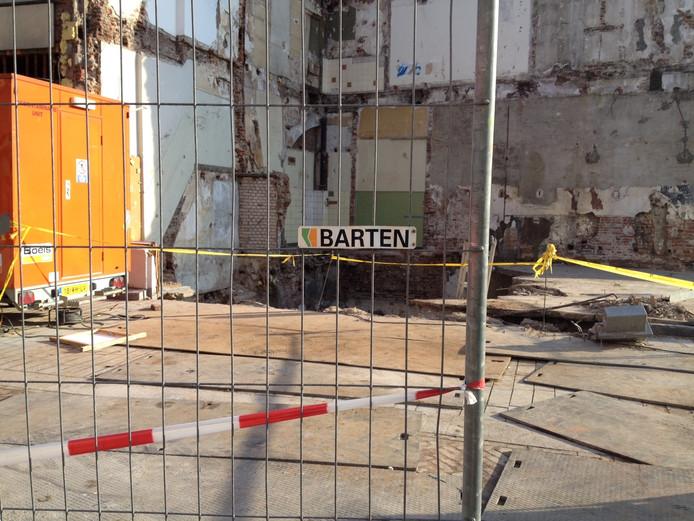 Op de hoek Markt-Hinthamerstraat is vrijwel geen puin te zien van het ingestorte Pearle-filiaal.