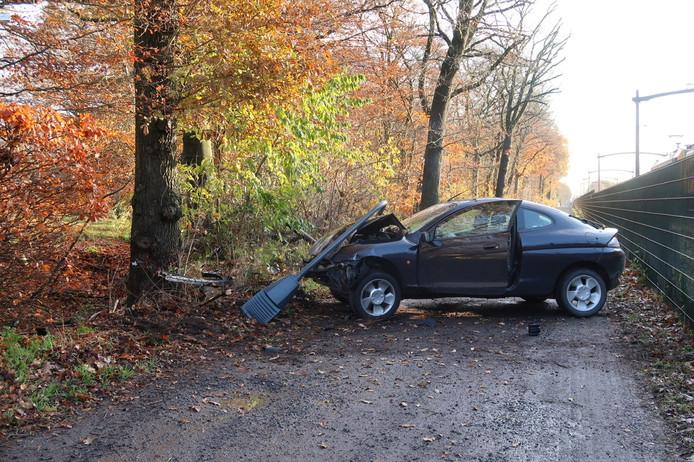 De auto knalde tegen een boom.