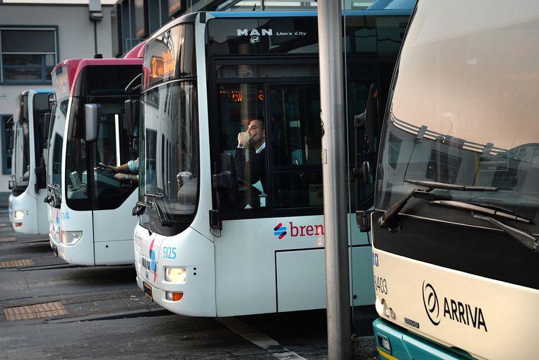 Bussen nabij het centraal station in Nijmegen. Beeld null