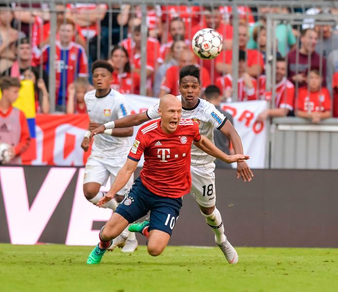 Wendell begaat een overtreding op Arjen Robben.