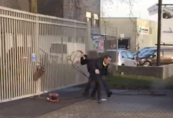 Van de ernstige mishandeling van afgelopen december op het terrein van de milieustraat in Meppel, waarbij een persoon ernstig gewond raakte, zijn door omstanders schokkende beelden gemaakt.