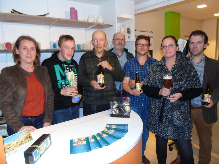 Medewerkers en gasten van Mivalti presenteren het nieuwe bier met de naam 'Specialleke'.