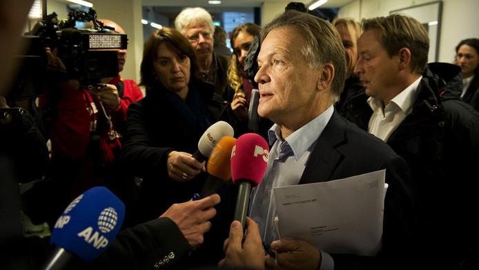 Gabriel Meijers de advocaat van Bram Moszkowicz staat de pers te woord na afloop van de uitspraak in de tuchtrechtzaak. Moszkowicz mag van de Raad van Discipline het vak van advocaat niet meer uitoefenen, omdat hij de regels te vaak overtreedt.