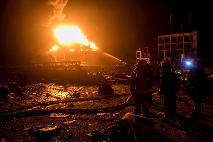 Brandweerlieden bestrijden het vuur dat is ontstaan na een explosie in een chemische fabriek in het Chinese Yancheng.