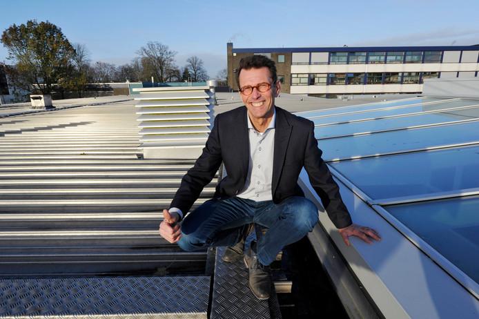Hans Meinders op het dak van de TCClocatie Potskampstraat, waar dit jaar 1041 zonnepanelen werden geplaatst.