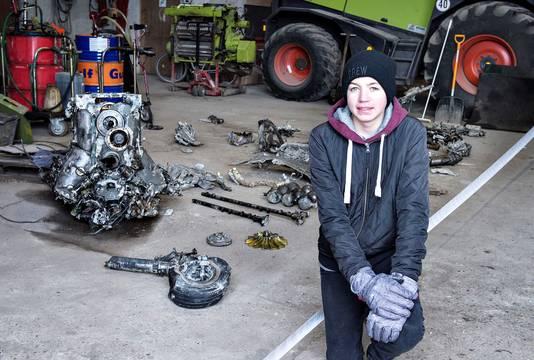 Daniel Kristiansen met de delen van het wrak die hij en zijn vader vonden.