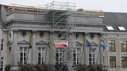 Stadhuis in de steigers na gat in het dak