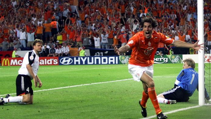 Ruud van Nistelrooy tekent voor de 1-1 in het laatste onderlinge EK-duel tussen Nederland en Duitsland, in juni 2004.