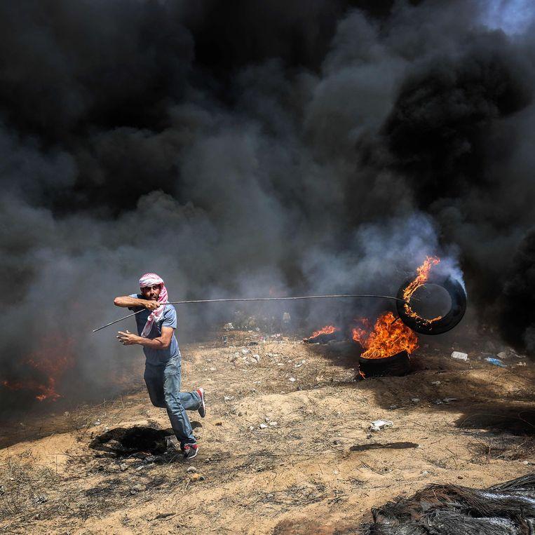 Verzet Demonstrant bij de grens met Gaza. Beeld AFP
