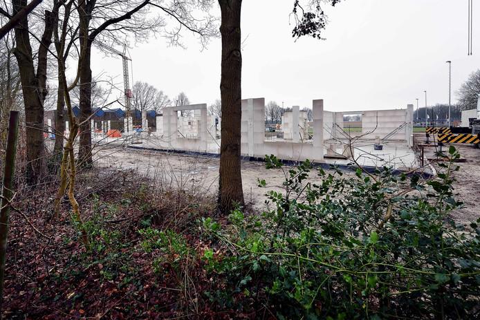 Begin van de bouw van de brede school in Hoeven.