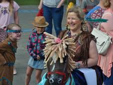 Indianen vieren verjaardag juffen en meesters in Waspik