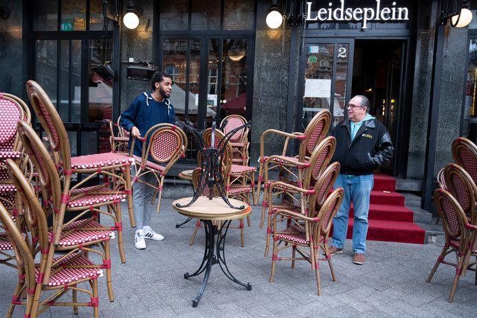 Een café op het Leidseplein sluit de deuren op 15 maart, toen de horecasluiting van start ging.
