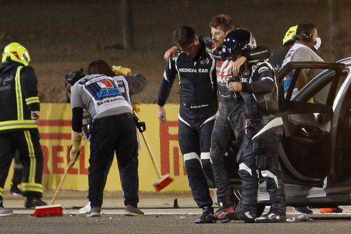 Romain Grosjean wordt afgevoerd naar het ziekenhuis.