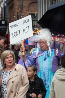 Slenteren tussen de straatartiesten in kletsnat Doesburg