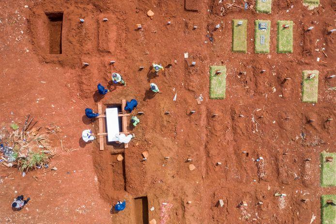 Photo prise à Jakarta en avril dernier: on y voit des travailleurs enterrer les morts du coronavirus.