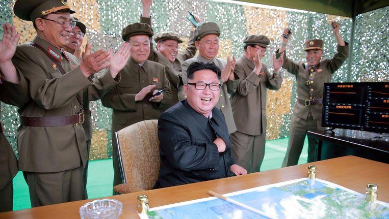 De Noord-Koreaanse leider Kim Jong-un tijdens een proeflancering van een raketsysteem. Beeld epa