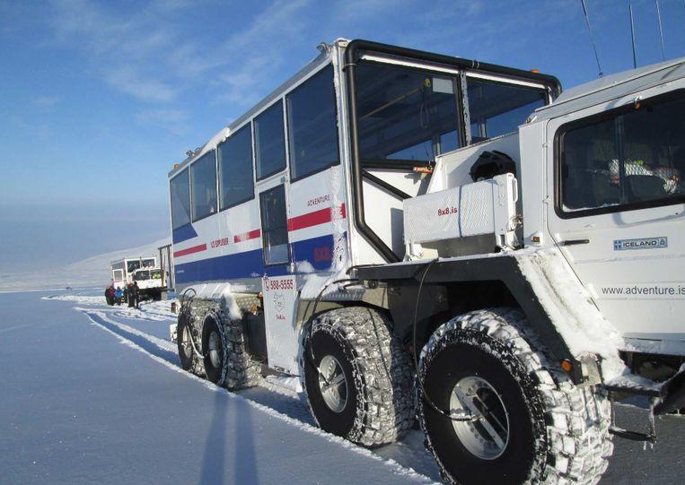 Speciale bussen vervoeren de toeristen naar de ijstunnel.