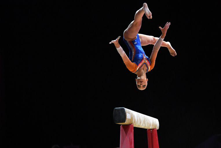 Sanne Wevers tijdens haar winnende oefening op de balk in Glasgow. Beeld EPA