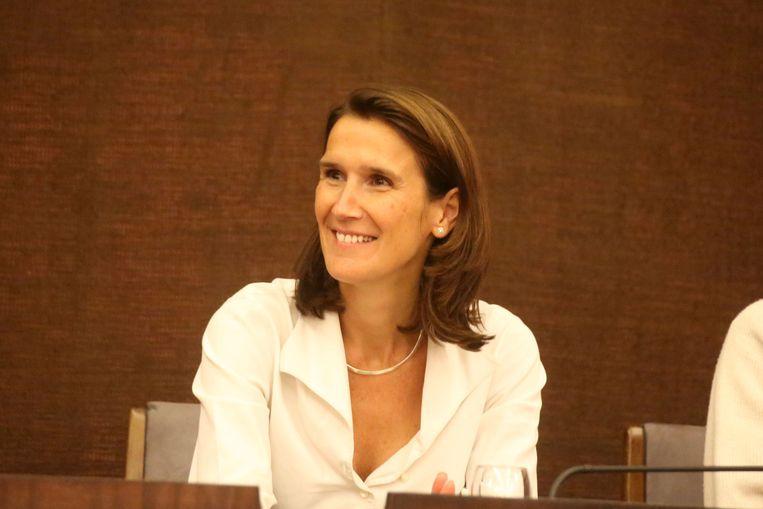 Sophie Wilmès in de gemeenteraad als schepen van Financiën voor de meerderheidslijst IC-GB in 2015.