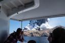 De eruptie op White Island gezien vanaf een boot.