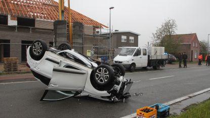 Auto over kop na botsing met geparkeerde vrachtwagen