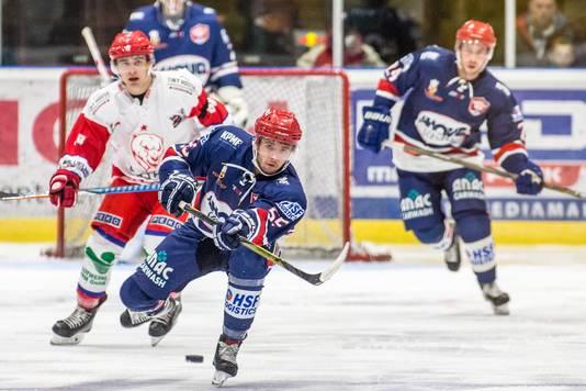 Beeld uit een oefenwedstrijd van Nijmegen Devils (blauw tenue), aan het begin van dit seizoen.