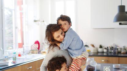 Neen, het is niet alleen bij jou: gezinspsychologe Nina Mouton verklaart waarom kinderen zich net nu extra aanhankelijk gedragen