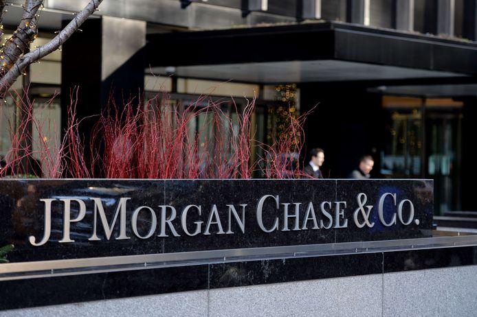 Het trio stal bankgegevens van miljoenen mensen en bedrijven. Eén van hun doelwitten was Amerika's grootste bank JP Morgan Chase. De data verkochten ze door aan een netwerk van medeplichtigen, waarmee ze miljoenen winst maakten.