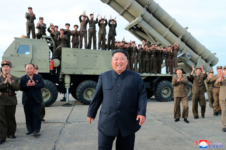 De Noord-Koreaanse leider Kim Jong-un op 24 augustus op een militaire basis, kort na een test met een korteafstandsraket. Beeld AP
