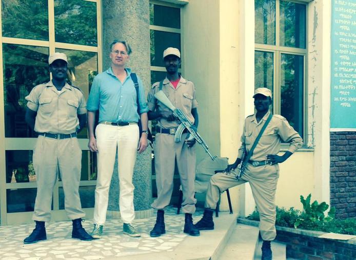 Jaap Scholten bezoekt - onder begeleiding van militairen - het kantoor van een Ethiopische suikerfabriek met machines van Stork Hengelo.