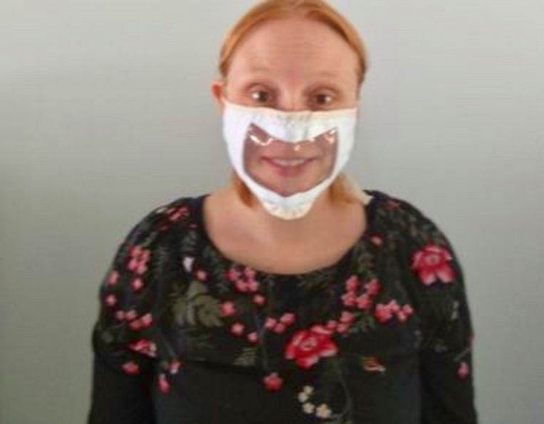 Deze vrouw draagt een Mo-vi mask.