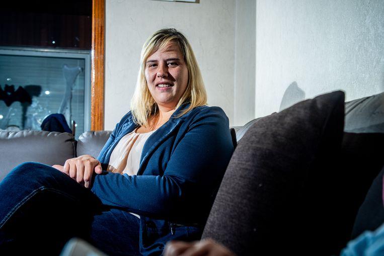 Sandy Lievens Het verhaal: Sandy Lievens werd gecontacteerd via Facebook messenger door iemand die zich uitgaf als een fotografe die in opdracht van de vzw Benetiet een poster zou gaan maken van 100 Vlaamse vrouwen die hun borsten tonen. Dit zogezegd om de vzw Benetiet, ( een vzw die ijvert voor terugbetaling van borstreconstructies na borstamputatie door kanker), nieuw leven in te blazen. Daar klopt echter niets van, zo zegt Yamina Krossa, oprichtster van Benetiet. Zij diende klacht in bij de politie en roept, samen met Sandy, alle vrouwen die een dergelijk bericht of mail kregen, op om dit te melden bij Benetiet of de politie Copyright Photonews