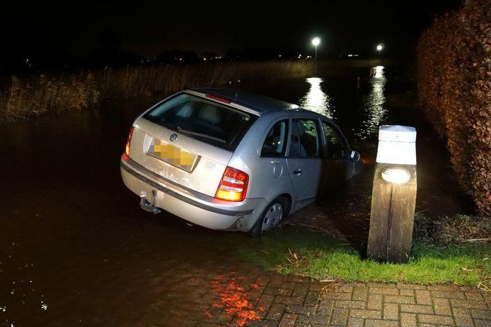 Door de regenval was de weg niet meer van de sloot te onderscheiden.