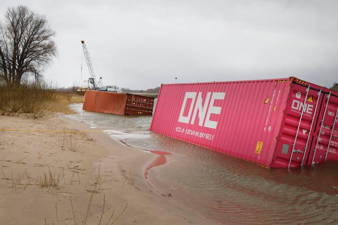 De aangespoelde containers bij Groenlanden in de Ooijpolder.