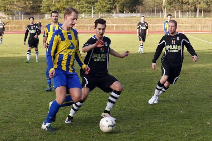 Rob Vlassak van Valkenswaard (l) in duel met Anwar Janssen van Dommelen.