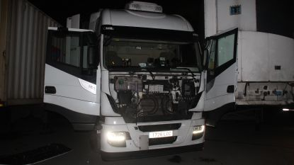 Man raakt geplet door vrachtwagen, met zijn echtgenote aan het stuur. Hij wordt kritiek afgevoerd