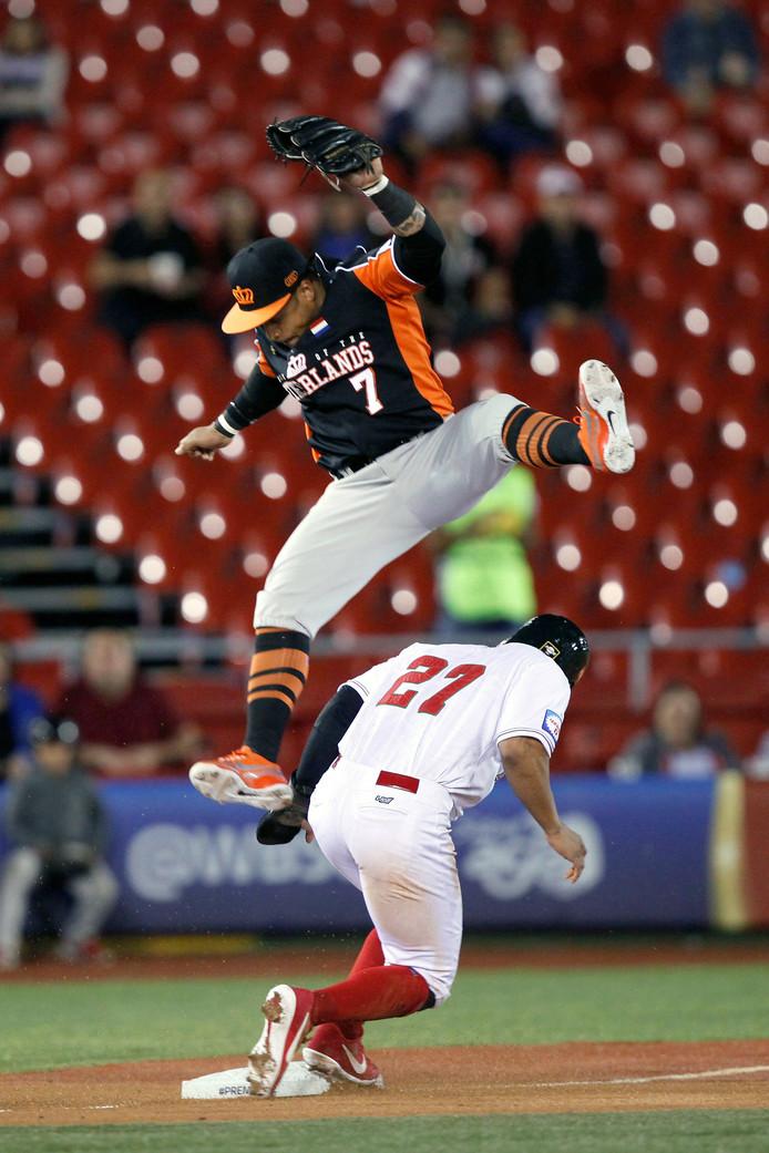 Jonathan Jones en Dwayne Kemp (in de lucht)