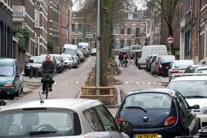 Parkeerdruk in Sint Marten, hier de van Slichtenhorststraat in maart vorig jaar.