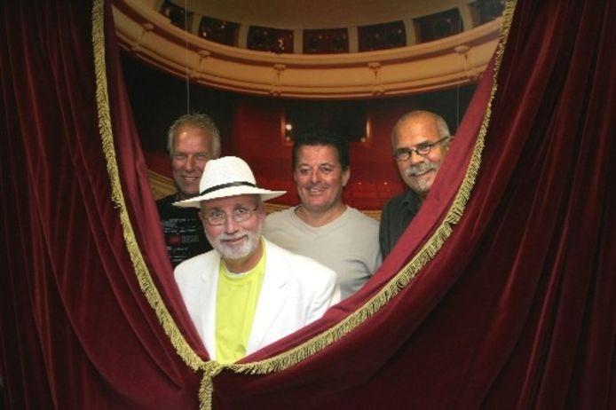 Gelegenheidszanger Wim Grondhuis (met hoed), met uiterst links en rechts de Hydra-leden Gert Ekkel (l) en Jan Kater (r). In het midden Ruud Hendriks van Star Factory. Foto GERARD VRAKKING