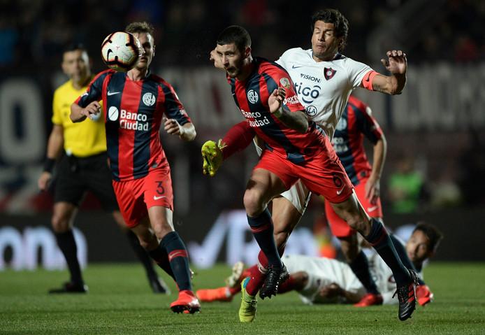 Marcos Senesi kopt de bal weg namens San Lorenzo.