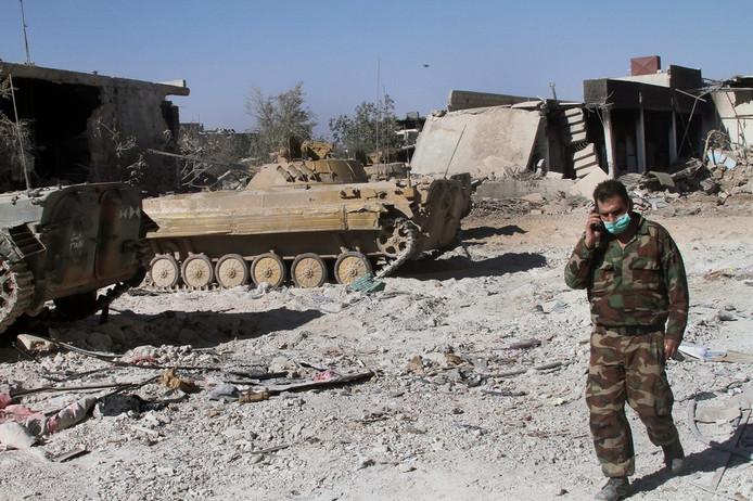 Een Syrische militair zaterdag in de wijk in Damascus die woensdag met chemische wapens zou zijn aangevallen.