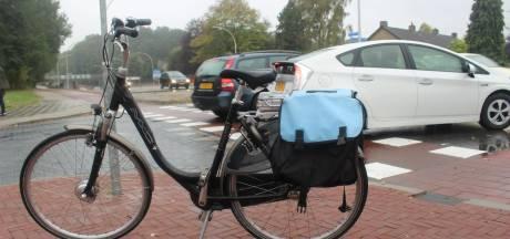 Fietsster op e-bike gewond na botsing met auto in Hengelo