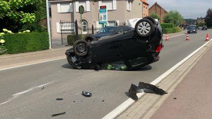 Auto tegen paaltje en overkop, bestuurder geschrokken maar ongedeerd