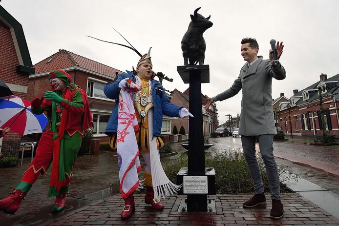 Onthulling van de nieuwe bronzen os op de markt door prins Zijn en wethouder Jeffrey van Agtmaal.