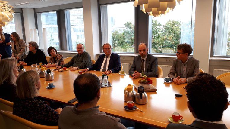 Jaap Smit (derde van rechts) voor het overleg met de voorzitters van de Haagse gemeenteraad. Beeld Bart Dirks