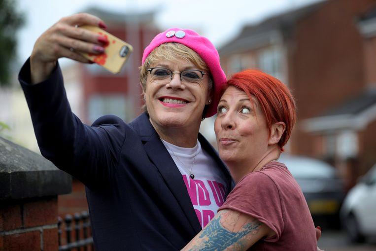 Rachel Morris (R) maakt een selfie met comedian en acteur Eddie Izzard.  Beeld null